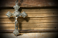 Ασημένιο Crucifix με την παλαιά ιερή Βίβλο Στοκ Φωτογραφία