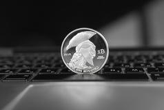 Ασημένιο crypto τιτάνων νόμισμα σε ένα πληκτρολόγιο lap-top Ανταλλαγή, επιχείρηση, εμπορική Κέρδος από crypt μεταλλείας τα νομίσμ στοκ φωτογραφία με δικαίωμα ελεύθερης χρήσης
