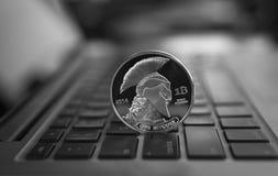 Ασημένιο crypto τιτάνων νόμισμα σε ένα πληκτρολόγιο lap-top Ανταλλαγή, επιχείρηση, εμπορική Κέρδος από crypt μεταλλείας τα νομίσμ στοκ εικόνες