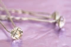 Ασημένιο hairpin διακόσμησε τα άσπρα διαμάντια για το hairstyle στο ρόδινο ευγενές υπόβαθρο bokeh, τα εξαρτήματα τρίχας ή το γάμο Στοκ Φωτογραφία