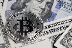Ασημένιο phisical λαμπρό νόμισμα Bitcoin με το σημάδι κομματιών Β που τίθεται στο U κειμένων Στοκ Εικόνες
