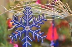Ασημένιο snowflake σε ένα υπόβαθρο των κομψών δέντρων Στοκ φωτογραφία με δικαίωμα ελεύθερης χρήσης