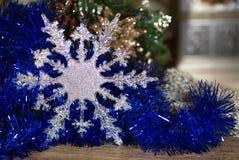 Ασημένιο snowflake στο μπλε Στοκ φωτογραφίες με δικαίωμα ελεύθερης χρήσης