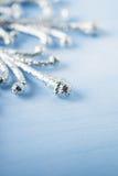 Ασημένιο snowflake Χριστουγέννων στο ανοικτό μπλε ξύλινο υπόβαθρο με το διάστημα για το κείμενο Στοκ φωτογραφία με δικαίωμα ελεύθερης χρήσης