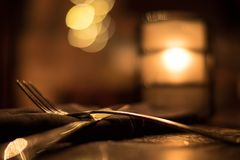 Ασημικές και κερί Bokeh εστιατορίων Στοκ εικόνες με δικαίωμα ελεύθερης χρήσης
