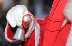Ασημώστε λίγο κουδούνι από Άγιο Βασίλη με το άσπρο γάντι Στοκ Φωτογραφίες