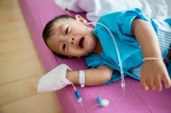 Ασθένεια παιδιών Λίγο μωρό που συνδέει τον ενδοφλέβιο σωλήνα με του ασθενή παραδίδει το νοσοκομειακό κρεβάτι Άρρωστοι μωρών και ν στοκ φωτογραφίες με δικαίωμα ελεύθερης χρήσης
