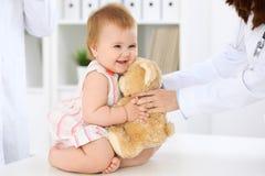 ασθενής γιατρών Ευτυχές χαριτωμένο μωρό στο διαγωνισμό υγείας Ιατρική και έννοια υγειονομικής περίθαλψης Στοκ φωτογραφία με δικαίωμα ελεύθερης χρήσης