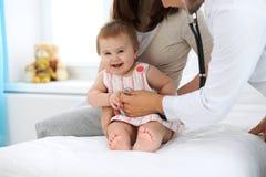 ασθενής γιατρών Ευτυχές χαριτωμένο μωρό στο διαγωνισμό υγείας Ιατρική και έννοια υγειονομικής περίθαλψης Στοκ εικόνα με δικαίωμα ελεύθερης χρήσης