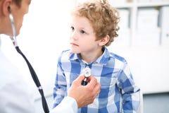Ασθενής γιατρών και παιδιών Ο παθολόγος εξετάζει το μικρό παιδί από το στηθοσκόπιο Έννοια ιατρικής και θεραπείας παιδιών ` s στοκ φωτογραφία