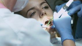 Ασθενής για την προληπτική ιατρική εξέταση στον οδοντίατρο με τον έλεγχο και τον καθρέφτη απόθεμα βίντεο