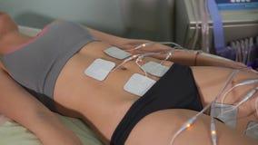Ασθενής γυναικών που παίρνει την ηλεκτρο υποκίνηση Cosmetology υλικού φιλμ μικρού μήκους