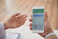 Ασθενής διδασκαλίας για να χρησιμοποιήσει τον έλεγχο υγείας App Στοκ Φωτογραφίες
