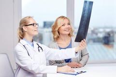 Ασθενής και γιατρός γυναικών με την των ακτίνων X ανίχνευση σπονδυλικών στηλών Στοκ εικόνα με δικαίωμα ελεύθερης χρήσης
