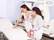 Ασθενής και γιατρός στο των ακτίνων X δωμάτιο. στοκ φωτογραφία με δικαίωμα ελεύθερης χρήσης