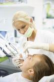 Ασθενής και ο οδοντίατρός της, που κάνουν μια κανονική εξέταση Στοκ φωτογραφία με δικαίωμα ελεύθερης χρήσης