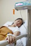 Ασθενής και IV μηχανή σταλαγματιάς Στοκ φωτογραφία με δικαίωμα ελεύθερης χρήσης