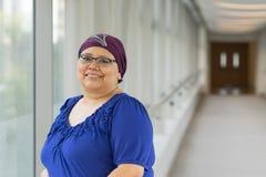 Ασθενής καρκίνου του μαστού που φορά την τρίχα ΚΑΠ στοκ φωτογραφίες