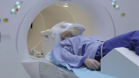 Ασθενής κοριτσιών κατά τη διάρκεια της μελέτης που χρησιμοποιεί την απεικόνιση μαγνητικής αντήχησης απόθεμα βίντεο