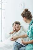 Ασθενής νοσοκομείου με τη θετική τοποθέτηση Στοκ εικόνες με δικαίωμα ελεύθερης χρήσης