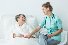 Ασθενής νοσοκομείου με τη νοσοκόμα Στοκ εικόνα με δικαίωμα ελεύθερης χρήσης