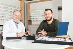 Ασθενής που επιλέγει τα γυαλιά ματιών Στοκ Φωτογραφία