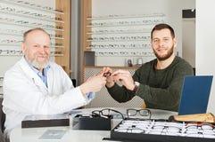 Ασθενής που επιλέγει τα γυαλιά ματιών Στοκ Εικόνες