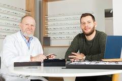 Ασθενής που επιλέγει τα γυαλιά ματιών Στοκ φωτογραφία με δικαίωμα ελεύθερης χρήσης