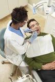 Ασθενής που θεραπεύεται από τον οδοντίατρο Στοκ φωτογραφία με δικαίωμα ελεύθερης χρήσης