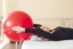 Ασθενής που κάνει μερικές ειδικές ασκήσεις στοκ φωτογραφία