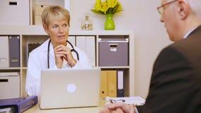 Ασθενής που μιλά στο γιατρό στην αρχή απόθεμα βίντεο