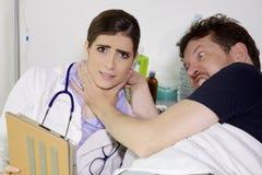 0 ασθενής που προσπαθεί να σκοτώσει το γιατρό στο νοσοκομείο Στοκ φωτογραφίες με δικαίωμα ελεύθερης χρήσης