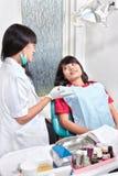 Ασθενής προετοιμασιών Denstist Στοκ φωτογραφίες με δικαίωμα ελεύθερης χρήσης
