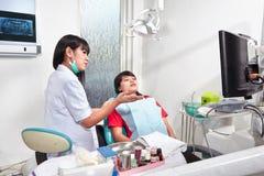 Ασθενής προετοιμασιών Denstist Στοκ Εικόνες