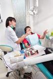 Ασθενής προετοιμασιών Denstist Στοκ εικόνες με δικαίωμα ελεύθερης χρήσης