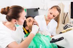 Ασθενής στο γραφείο χειρουργικών επεμβάσεων Στοκ Εικόνες