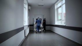 Ασθενής στο φορείο που ωθείται με την ταχύτητα μέσω του α απόθεμα βίντεο