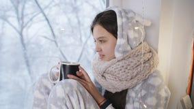 Ασθενής χειμώνας εφήβων κοριτσιών στις πυτζάμες μου, καθμένος στο παράθυρο και το καυτό τσάι Viet φιλμ μικρού μήκους