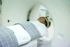 Ασθενείς που καλύπτουν στον ανιχνευτή CT Άτομο που υποβάλλεται στην ανίχνευση CT ενώ γιατρός ` s που χρησιμοποιεί τους υπολογιστέ στοκ φωτογραφίες