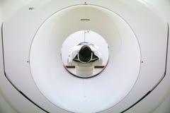 Ασθενείς που καλύπτουν στον ανιχνευτή CT Άτομο που υποβάλλεται στην ανίχνευση CT ενώ γιατρός ` s που χρησιμοποιεί τους υπολογιστέ στοκ φωτογραφία