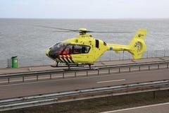Ασθενοφόρο αέρα που απογειώνεται από την εθνική οδό Στοκ εικόνα με δικαίωμα ελεύθερης χρήσης