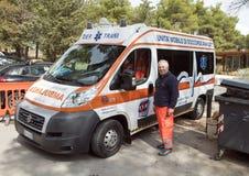 Ασθενοφόρο και οδηγός έξω από Castel Del Monte Andria στη νοτιοανατολική Ιταλία Στοκ φωτογραφία με δικαίωμα ελεύθερης χρήσης