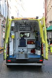 Ασθενοφόρο με τις ανοιχτές πόρτες Στοκ Εικόνες