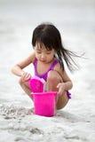 Ασιάτης λίγη κινεζική άμμος παιχνιδιού κοριτσιών με τα παιχνίδια παραλιών Στοκ Εικόνες