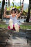 Ασιάτης λίγη κινεζική παίζοντας ταλάντευση κοριτσιών Στοκ φωτογραφίες με δικαίωμα ελεύθερης χρήσης