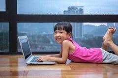 Ασιάτης λίγος κινεζικός υπολογιστής παιχνιδιού κοριτσιών Στοκ Φωτογραφίες