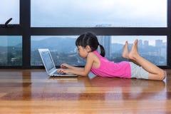 Ασιάτης λίγος κινεζικός υπολογιστής παιχνιδιού κοριτσιών Στοκ φωτογραφίες με δικαίωμα ελεύθερης χρήσης
