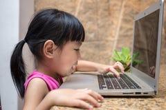 Ασιάτης λίγος κινεζικός υπολογιστής παιχνιδιού κοριτσιών Στοκ Εικόνες