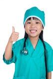 Ασιάτης λίγο κινεζικό κορίτσι έντυσε ως γιατρός Στοκ φωτογραφία με δικαίωμα ελεύθερης χρήσης