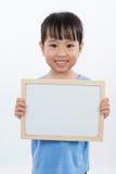 Ασιάτης λίγο κινεζικό κορίτσι που κρατά ένα Whiteboard Στοκ Φωτογραφία